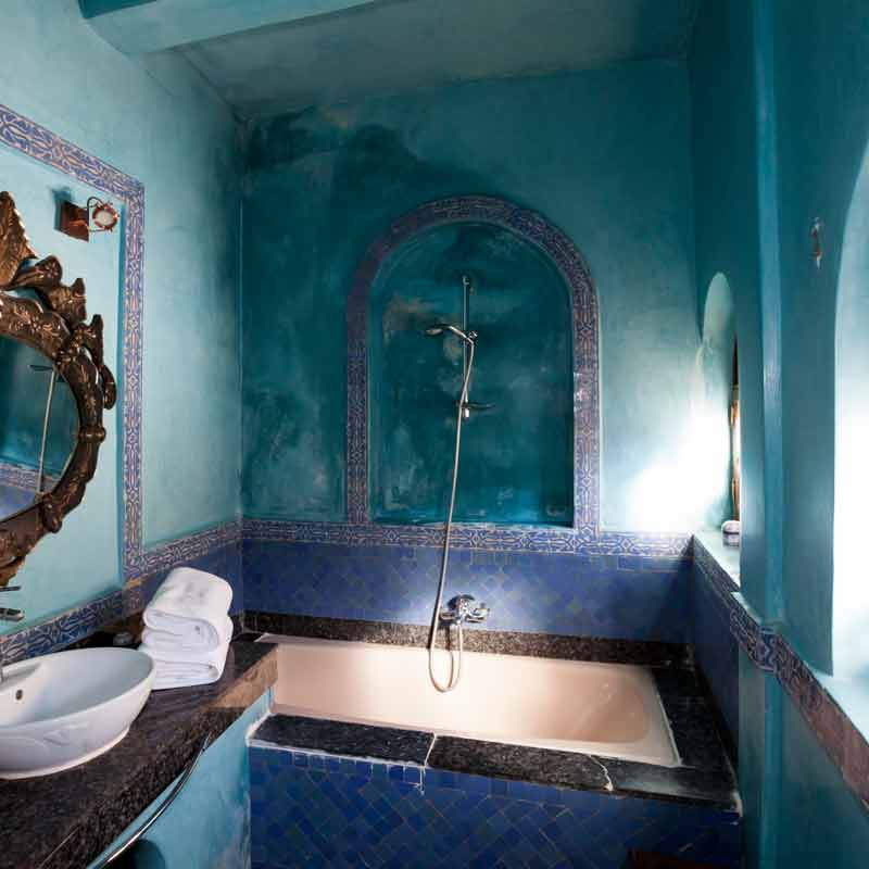 Die blauen Wände im Badbereich der Ambassador Suite Saad sind nicht angestrichen / © FrontRowSociety.net, Foto Georg Berg