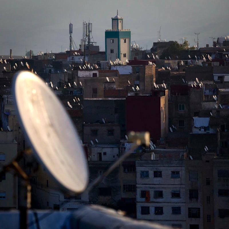 Auf den Dächern sind eine Unzahl von Satellitenschüsseln zu sehen - Altertum trifft Gegenwart / © FrontRowSociety.net, Foto Georg Berg