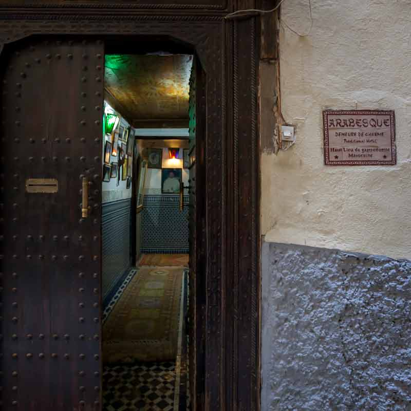 Ein dunkler Eingang an einer abweisenden Mauer lässt sogar kurz zweifeln, ob sich die Tür öffnet, an der man geklingelt hat / © FrontRowSociety.net, Foto Georg Berg
