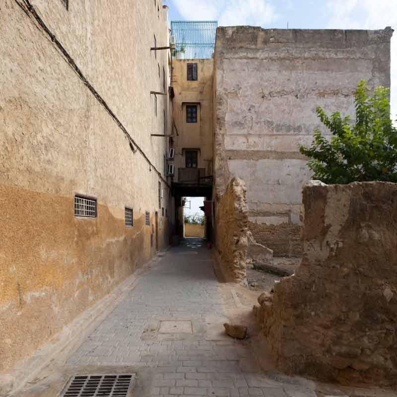 Als stimmungsvollere Variante sind die in der Altstadt gelegenen Riads sehr zu empfehlen. In den engen dunklen Gassen gelegen, lassen sie von außen nicht ahnen, wie prunkvoll sie im Inneren gestaltet sind / © FrontRowSociety.net, Foto Georg Berg