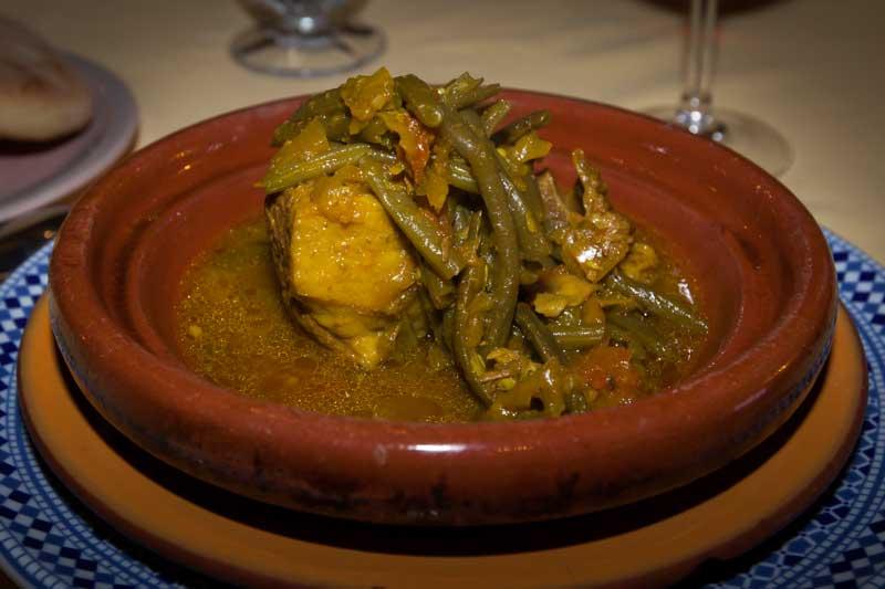 Die milde Zubereitung mit grünen Bohnen und den 45 Gewürzen nennt man Ras al Hanout. Ein Sud in welches man sein Fladenbrot eintunken kann / © FrontRowSociety.net, Foto Georg Berg
