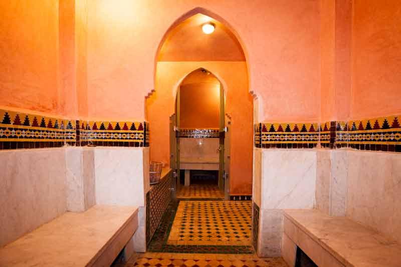Die im Riad angebotenen Wellness-Anwendungen durch einen Tellak (zugleich Masseur und Bademeister) sollten im voraus gebucht werden / © FrontRowSociety.net, Foto Georg Berg