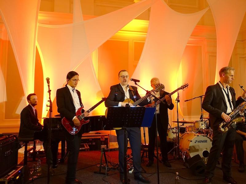 Die Band spielte im Historischen Ballsaal und sorgte nebst musikalischer Unterhaltung, dass das eine oder andere Paar das Tanzbein schwung / © Redaktion FrontRowSociety.net