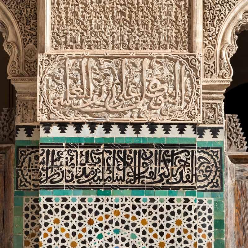 Mit den typischen marokkanischen Zellij genannten emaillierten Terrakotta-Kacheln sind in der Girik-Technik kleinteilige Mosaike gelegt / © FrontRowSociety.net, Foto Georg Berg