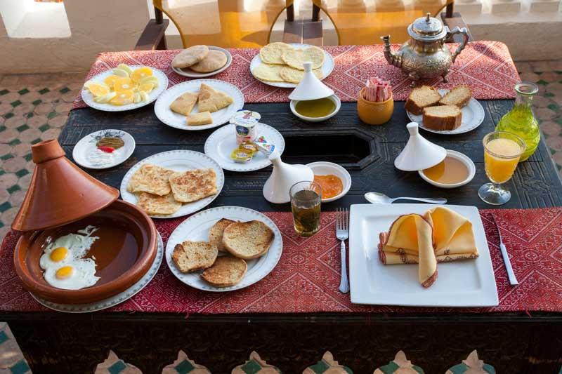 Ein gigantisches Frühstück schafft Stärkung für den Tag / © FrontRowSociety.net, Foto Georg Berg