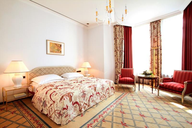 Das Schlafzimmer: Genügend Freiraum bieten die Räumlichkeiten auf 25 Quadratmeter bzw. 30 Quadratmeter / © Excelsior Hotel Ernst