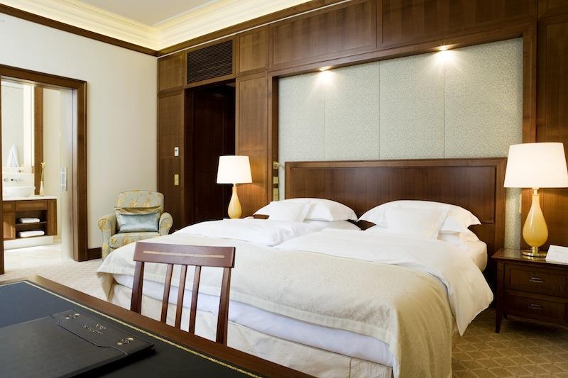 Die Stoffe sind in hellen Beige- und Erdtönen gehalten und vermitteln so ein schönes Raumgefühl / © Excelsior Hotel Ernst