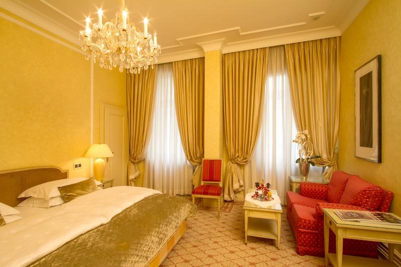 Edle Materialien und wertvolle antike Möbel bringen Charme in diese Räumlichkeiten / © Excelsior Hotel Ernst