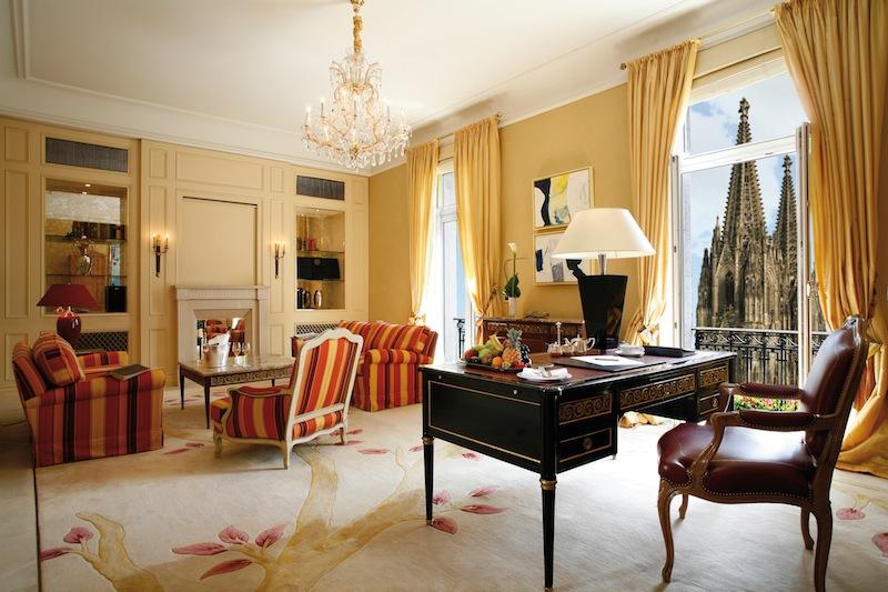 Die Excelsior Suite, selbstverständlich mit freiem Blick auf den Dom. Auf 80 Quadratmetern residiert man herrschaftlich / © Excelsior Hotel Ernst