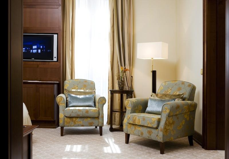 Der getrennte Schlaf- und Wohnbereich der Junior Suite verspricht auf einer Fläche von gut 40 Quadratmetern einen angenehmen Aufenthalt / © Excelsior Hotel Ernst