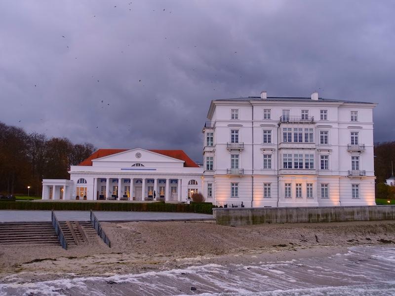 """Auch bei stürmigem Wetter eine traumhafte Kulisse. Rechts ist das Haus Mecklenburg zu sehen und links das Kurhaus, in welchem die Küchenparty """"Ronny Siewert & Friends"""" stattfand / © Redaktion FrontRowSociety.net"""