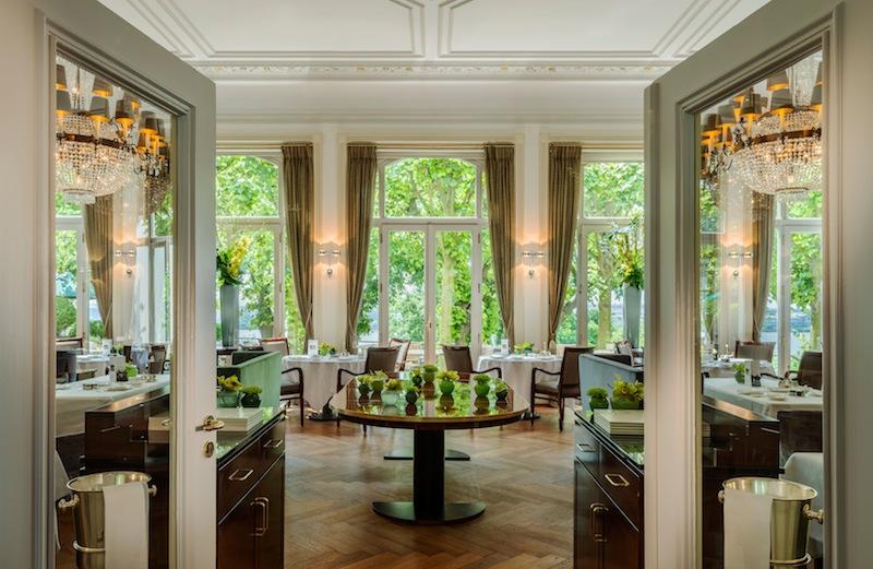 Das Jacobs Restaurant im Hotel Louis C. Jacob in Hamburg bietet eine außergewöhnliche Atmosphäre - große Fenster lassen den Blick auf die Lindenterrasse oder die Elbe zu / © Louis C. Jacob