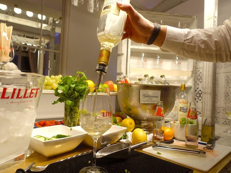Die Damenwelt ließ sich gerne einige Drinks am Lillet-Stand mixen / © Redaktion FrontRowSociety.net
