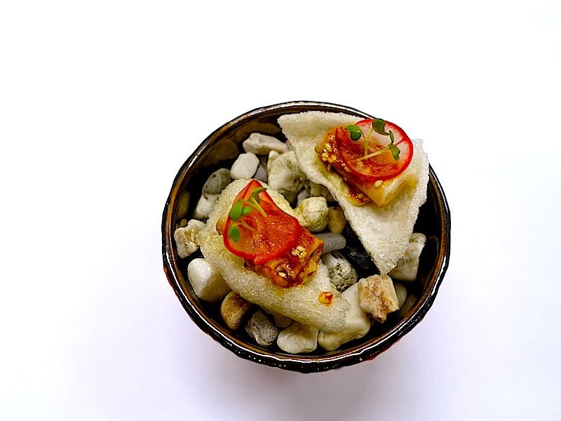Tapioca-Chip, Schweinebauch und Rettich - ein sehr interessantes Fingerfood / © Redaktion FrontRowSociety.net