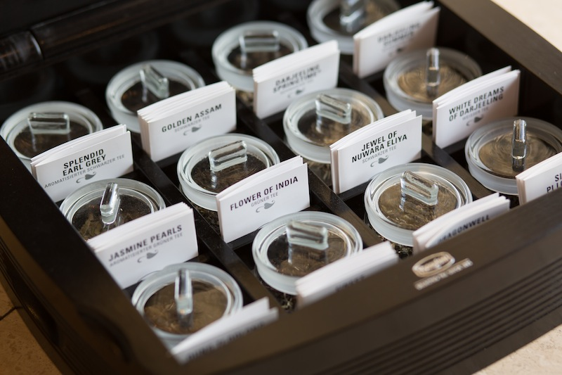 """Umfangreiche Auswahl an erlesenen Teesorten: Excelsior Hotel Ernst Teamaster Andrea Helbig, Trägerin des seltenen Titels """"Tea Master Gold"""" berät fachkundig / © Excelsior Hotel Ernst"""