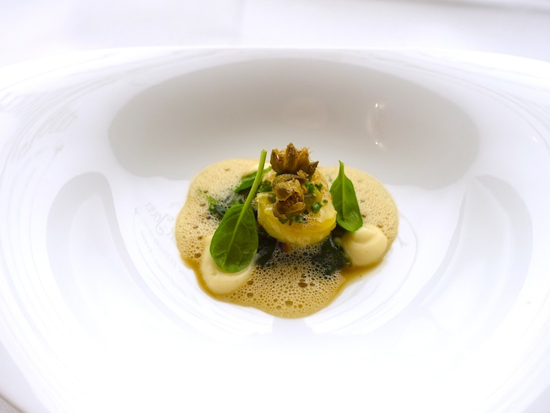 In Aroma gebratene Jakobsmuschel mit jungem Spinat, Kapernbeeren und Sellerie / © Redaktion FrontRowSociety.net