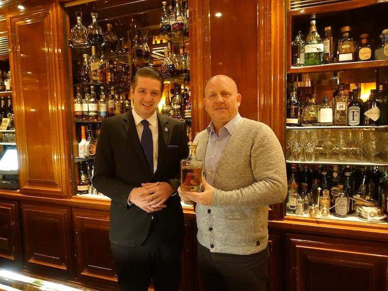 Cognac Richard Hennessy oder Louis Xlll sind die Cognac Premiumsorten des Hauses. Andreas Conrad, Herausgeber vom Luxus & Lifestyle Magazin ist von der Piano Bar begeistert / © Redaktion FrontRowSociety.net