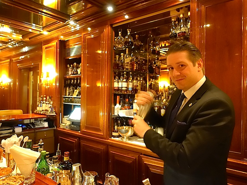 Dem neuen Barchef von der Piano Bar im Excelsior Hotel Ernst liegen gehaltvolle Zutaten und die Präsentation seiner Drinks am Herzen / © Redaktion FrontRowSociety.net