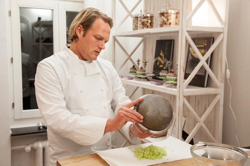 Björn ist es auch bei seinen Kochkursen essentiell wichtig, dass ausschließlich saisonale und hochwertige Produkte Verwendung finden / © Björn Freitag
