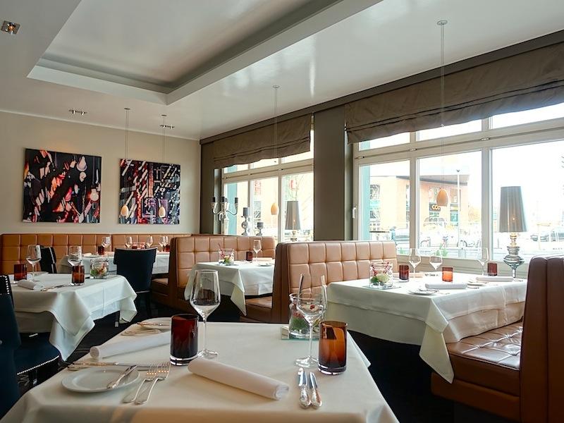 Modernes Interieur empfängt den Gast im Restaurant Goldener Anker. Edle Materialen, wie mit Leder bezogene Sitzbänke und Stühle machen das Speisen im angenehm / © Redaktion FrontRowSociety.net