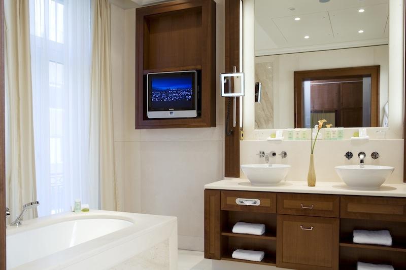 Im edlen Badezimmer der Executive Suite lässt es sich entspannen; in der Badewanne liegend / © Excelsior Hotel Ernst