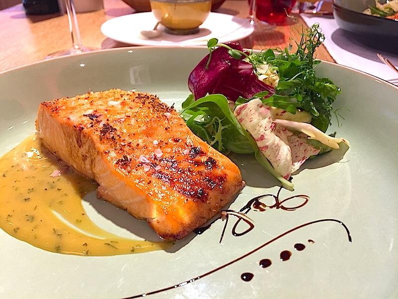 Ein leichter Lunch: Gebratener Lachs und frischer Salat - immer zu empfehlen / © Redaktion FrontRowSociety.net