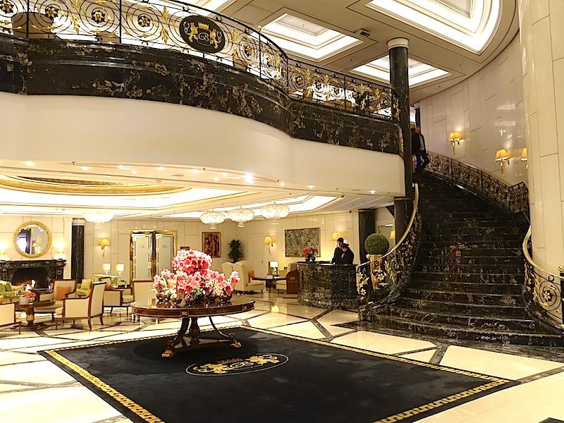 Die Brasserie 1806 befindet sich zur rechten Hand in er ersten Etage des Luxushotels Breidenbacher Hof, welche elegant über die Trepper in der Lobby erreicht wird / © Redaktion FrontRowSociety.net