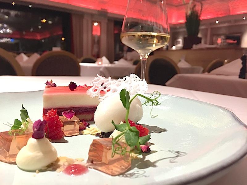 Mandel-Himbeerschnitte mit Champagner-Rosengelee, Mascarponecreme und Zitronensorbet / © Redaktion FrontRowSociety.net
