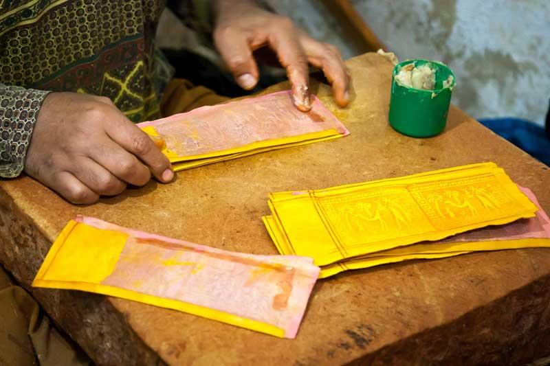 Die Lederhandwerker von Fès sind besonders stolz auf die ausschließliche Verwendung von Naturfarben zum Färben der Ziegen- oder Kamelfelle / © FrontRowSociety.net, Foto Georg Berg
