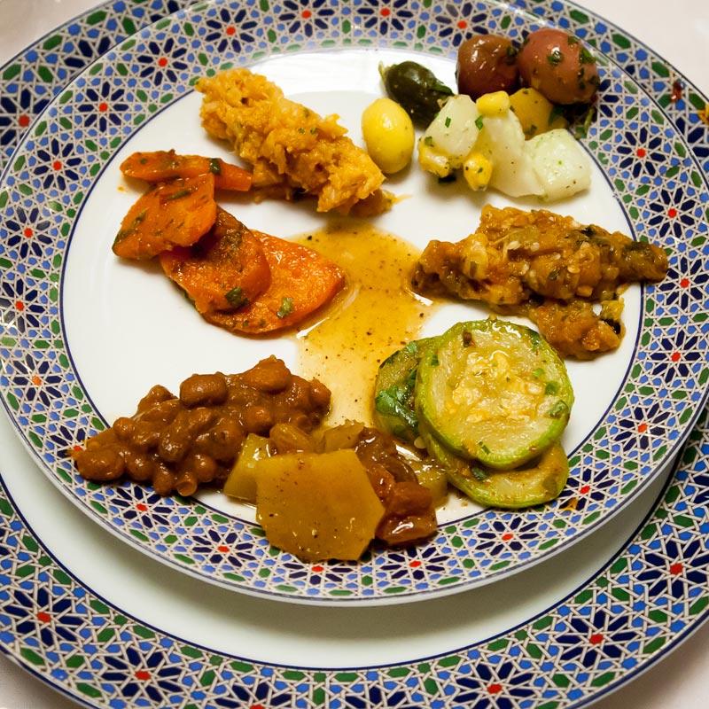 Safran wird zum Würzen und zum Färben der Speisen eingesetzt. Will man die guten Inhaltsstoffe bewahren, sollte man Safran erst am Ende des Kochvorgangs dazugeben / © FrontRowSociety.net, Foto Georg Berg