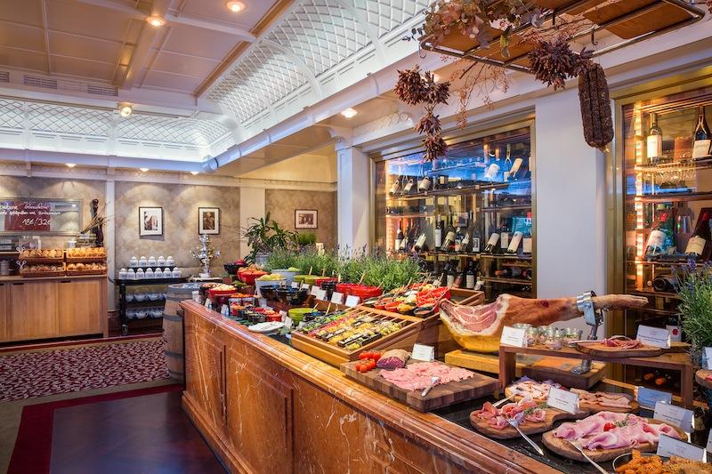 Morgens wird in der Brasserie 1806 auch das Frühstück serviert. Das Frühstücksbufett lässt keine Wünsche offen / © Breidenbacher Hof, A Capella