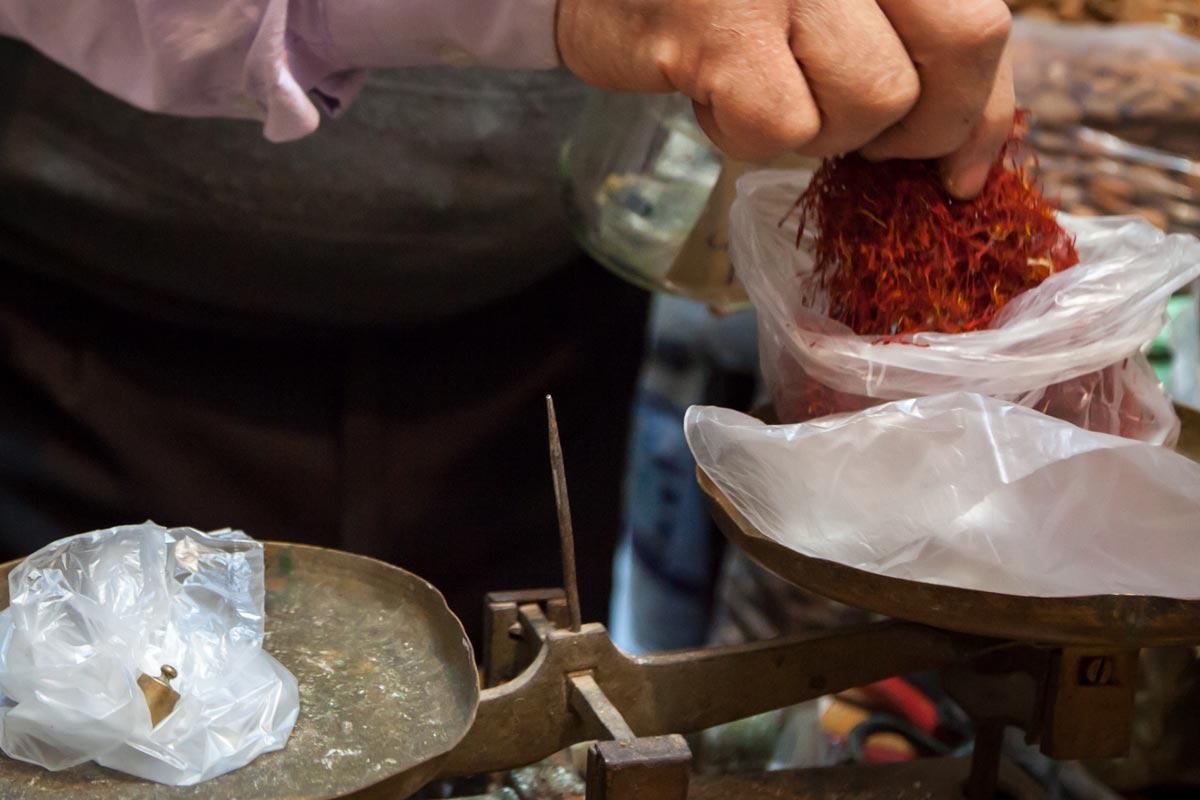 Safran ist kostbar und das Abwiegen eine wahre Prozedur / © FrontRowSociety.net, Foto Georg Berg