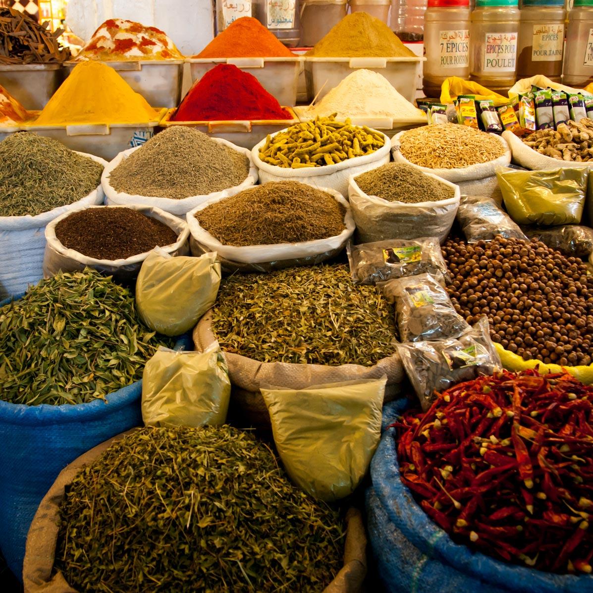 Opulente Gewürzkulisse: ob Zimtrinde, Lorbeerblatt, Gelbwurz oder Chilischote, auf marokkanischen Gewürzmärkten türmen sich die Wohlgerüche / © FrontRowSociety.net, Foto Georg Berg