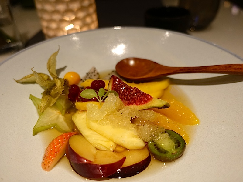 Als Dessert wurden saisonale Früchte mit Ingwer, Gewürz-Sirups und Chrysanthemen Granité gereicht / © Redaktion FrontRowSociety.net