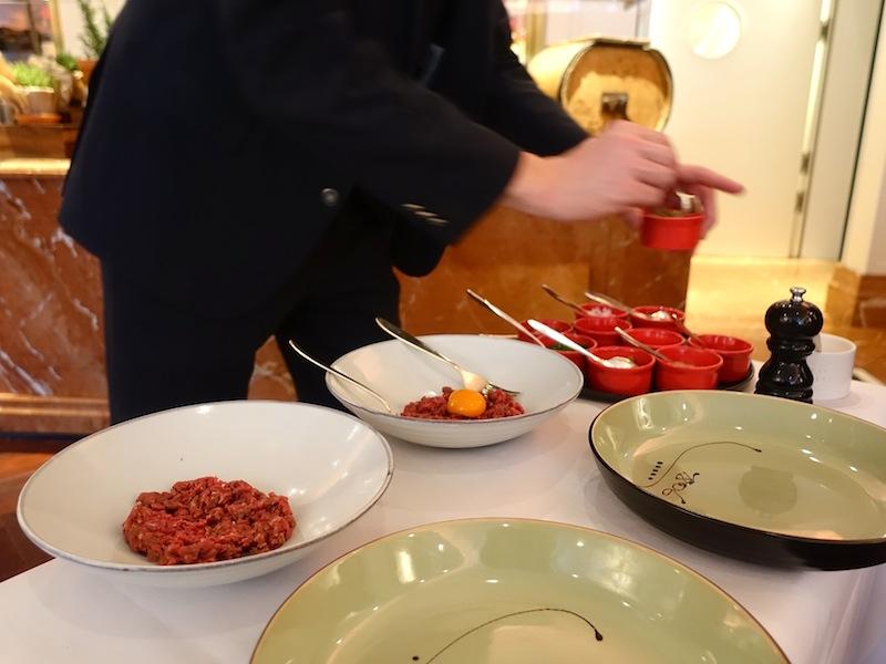 Am Tisch wird das Rindertatar stets frisch zubereitet. Das Tatar wird in der Küche von Philipp Ferber immer geschnitten und nie durch den Fleischwolf gedreht / © Redaktion FrontRowSociety.net