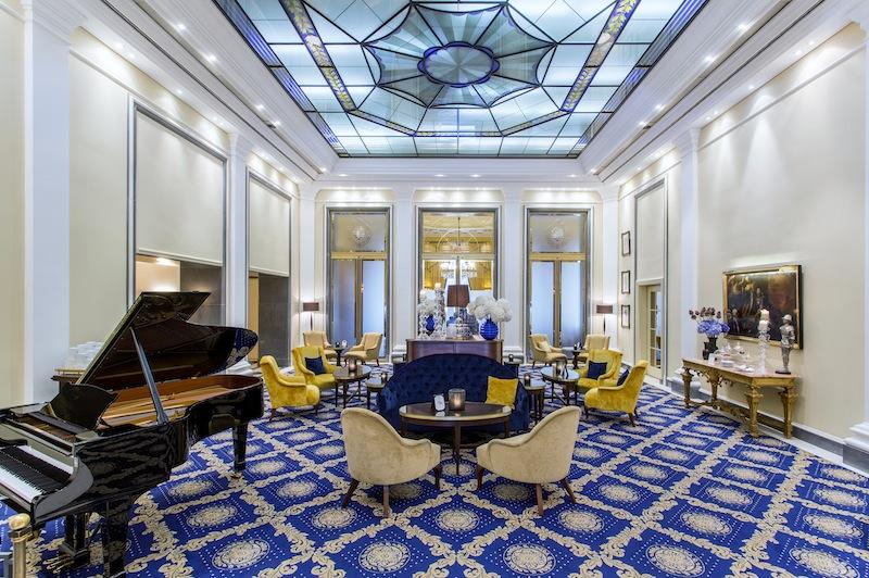 Auch im feudalen Wintergarten vom Excelsior Hotel Ernst serviert das Serviceteam aus der Getränke- oder Speisekarte der Piano Bar / © Excelsior Hotel Ernst