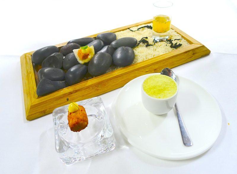 """Ein fantasticher Auftakt: Kartoffel-Wasabi-Espuma"""", """"Tord Man Pla"""" (Fishcake), Krabbenchip mit gedämpfter Garnele und einem Thai-Gazpacho / © Redaktion FrontRowSociety.net"""