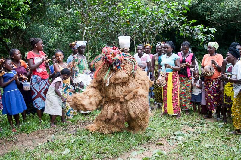 Die Gbeni Maske hat immer einen zylindrischen Kopf und ist mit Muscheln oder Spiegeln dekoriert / © FrontRowSociety.net, Foto Georg Berg