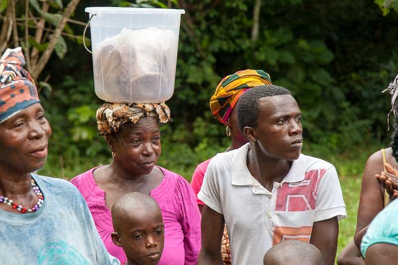 Das Volk der Mende ist mit seinen Traditionen verwurzelt. Mit Spannung wird jeder Auftritt erwartet / © FrontRowSociety.net, Foto Georg Berg