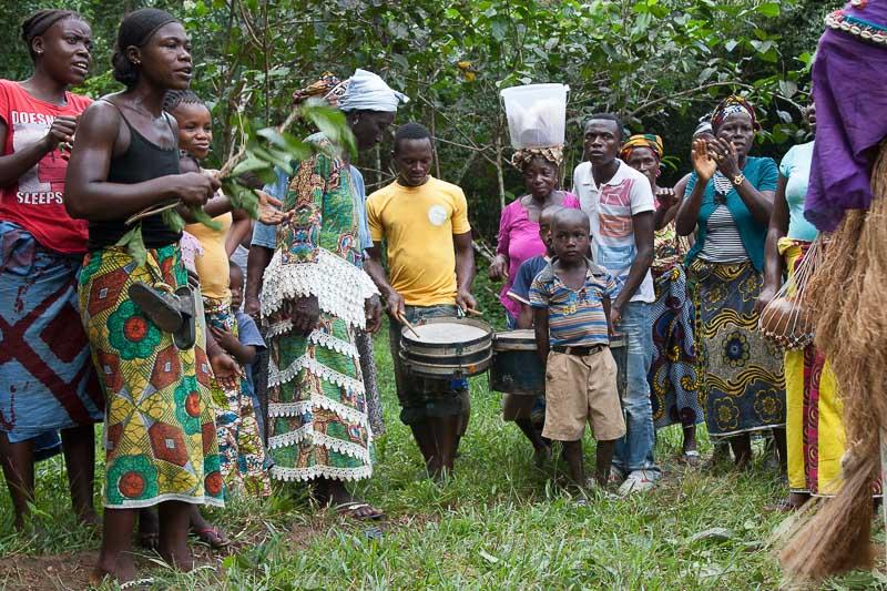 Die Männer des Dorfes trommeln die beherrschenden Rhythmen. Auch der Nachwuchs ist schon dabei / © FrontRowSociety.net, Foto Georg Berg
