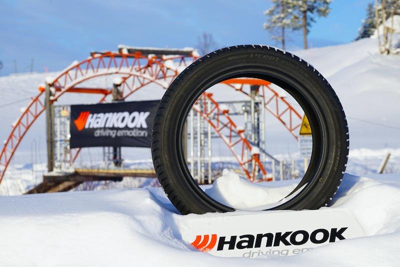 Alle zu testenden Reifen waren auf dem Prüfgelände aufgestellt, so dass entfiel das mühsame Bücken in Bodennähe und der Rücken wurde geschont / © Redaktion FrontRowSociety.net