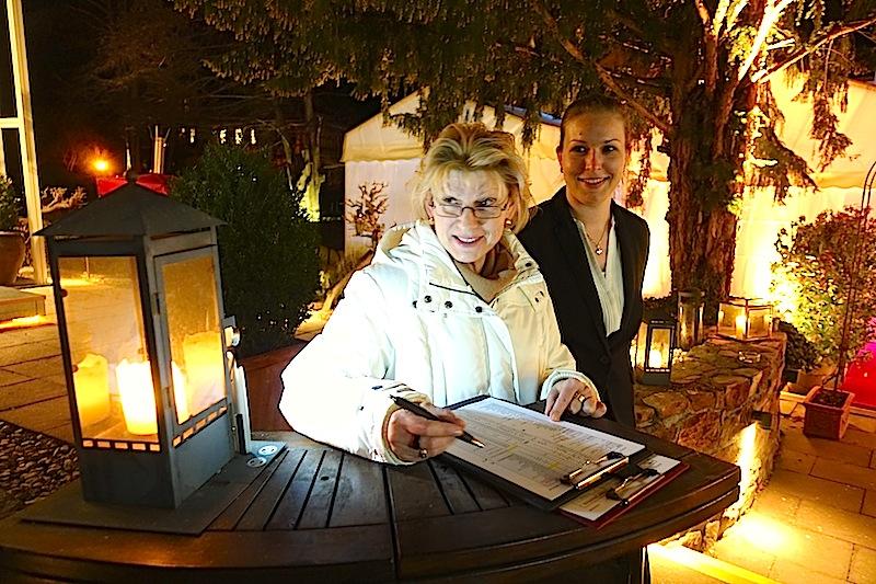 Beate Mayer (li.) sorgt mit Organisationstalent für einen reibungslosen Ablauf während der Festivaltage