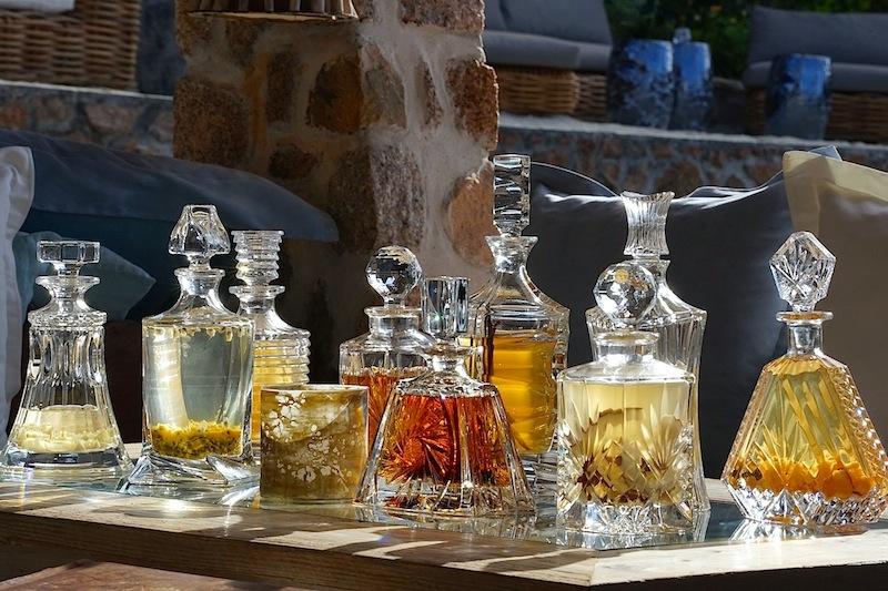 In unserem Relais & Châteaux Hotel, dem Luxusresort Chateau de Feuilles auf Praslin hatten wir schon hauseigene geflaverte Rums verkostet / © Redaktion FrontRowSociety.net