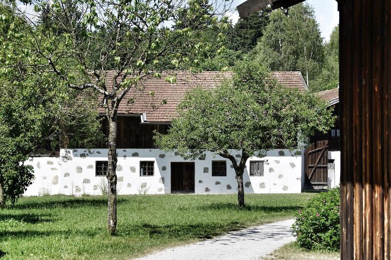 Bauernhausmuseum Amerang: In einer sehr gepflegten Anlage sind einige Bauernhäuser aus historischen Zeiten restauriert und stehen den Besuchern zur Besichtigung bereit
