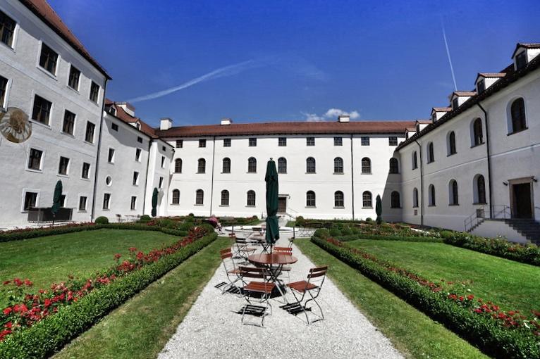 ... im Inneren liegt der Klostergarten. Ruhe und Entspannung pur
