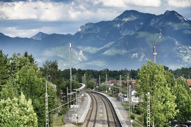 Umweltschonend und bequem per Bahn anreisen - der Chiemsee bietet einige Anschlüsse. Hier der Bahnhof von Bernau