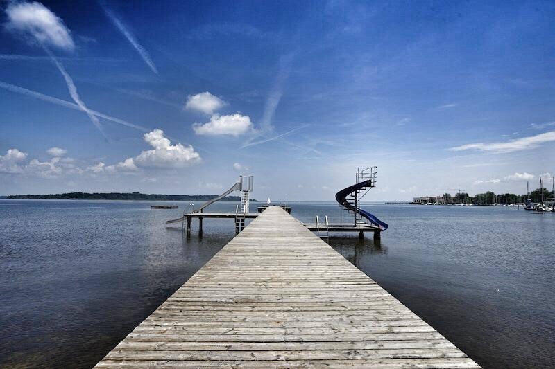 Zahlreiche ruhige Badestellen, aber auch wie hier das Freibad in Bernau Felden, laden zum Sonnenbaden ein