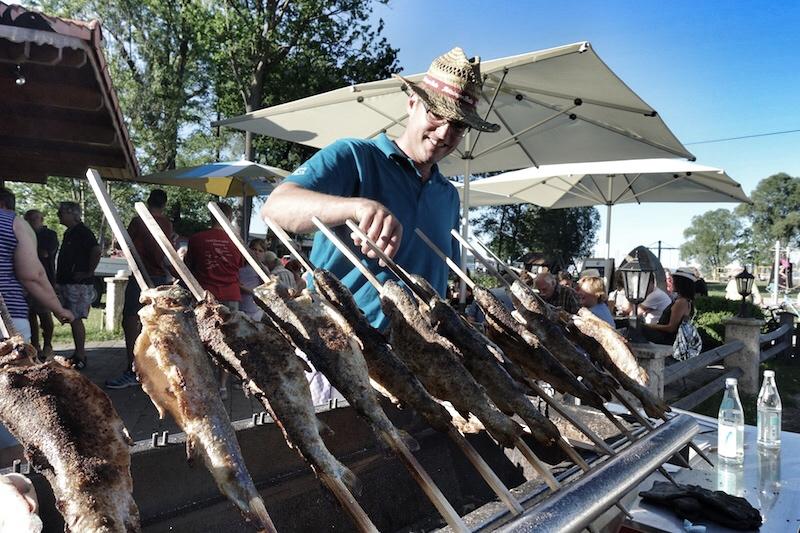 Florian Lackerschmid grillt für Besucher und Gäste heimischen Fisch - eine wahre Delikatesse