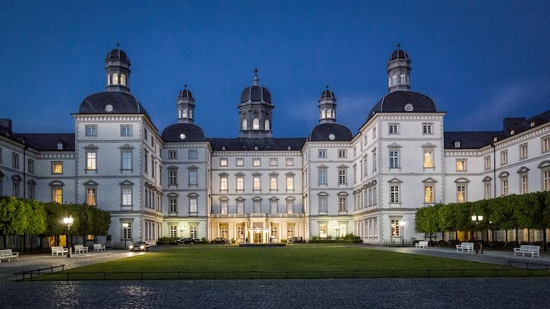 Luxushotel in NRW: Frontansicht auf das Althoff Grandhotel Schloss Bensberg