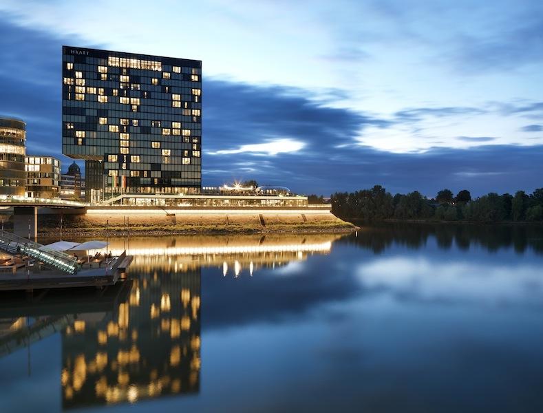 Grandiose Sicht bei Nacht auf das Luxushotel Hyatt Regency in Düsseldorf